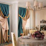 Светлый тюль и трехцветные шторы для кухни с двумя окнами
