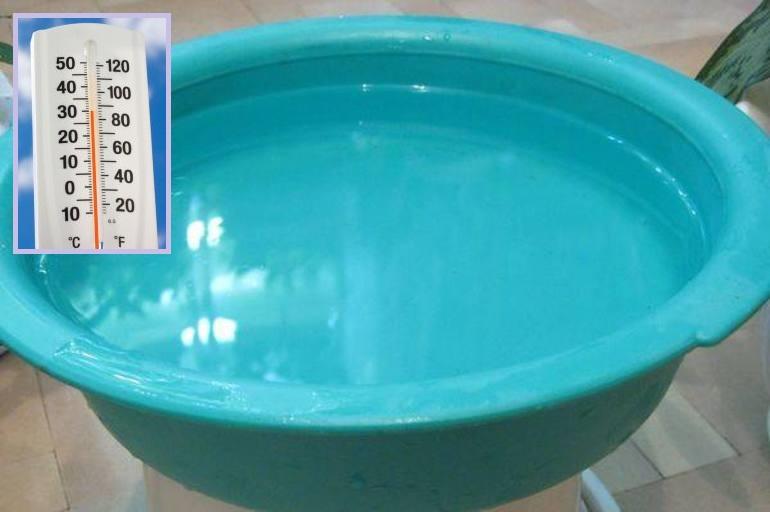 Пластиковый тазик с водой для отбеливания тюля из органзы