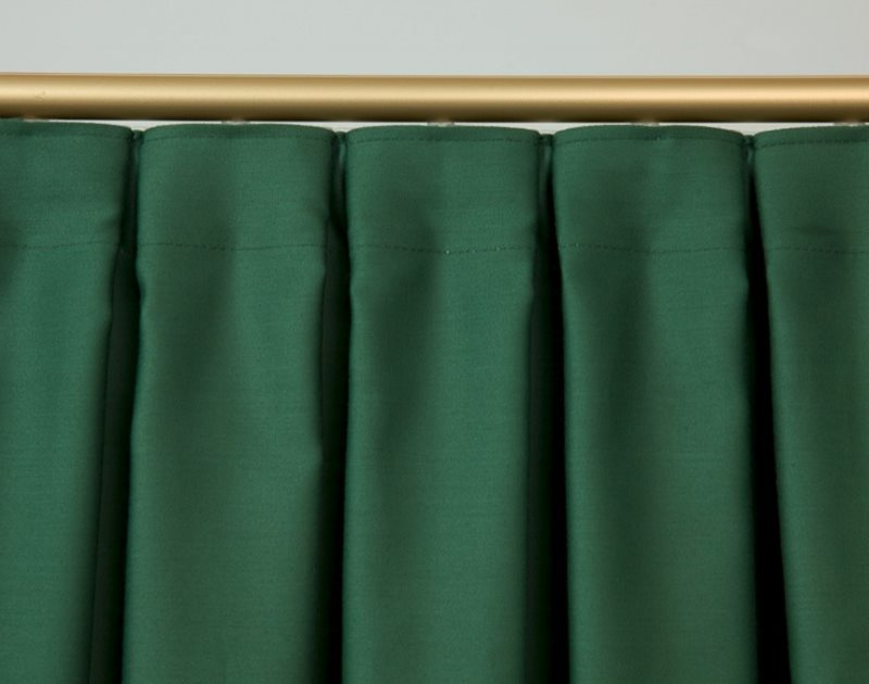 Встречные складки на шторе из темно-зеленого материала