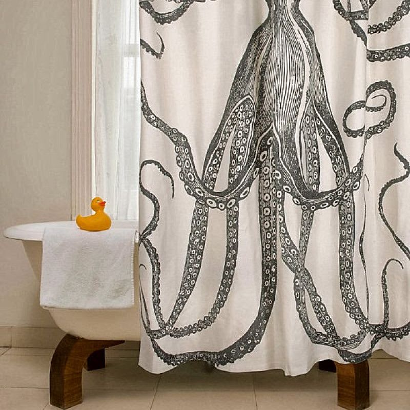 Рисунок спрута на тканевой шторке в ванной