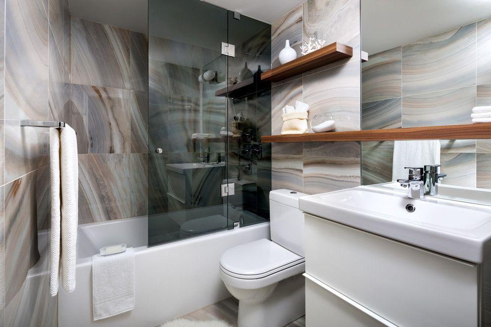 Интерьер модной ванной комнаты со стеклянной шторкой