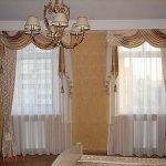 Тюль и шторы с ламбрекеном для спальни в два окна