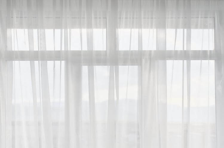 Прозрачный тюль из хлопка на окне гостиной