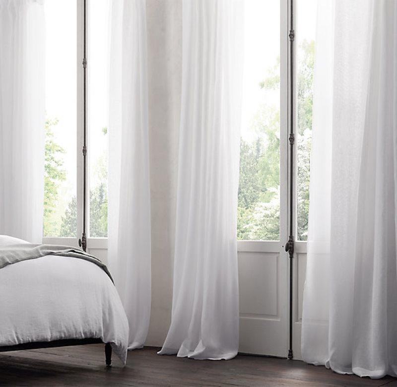 Окна спальной комнаты с белым тюлем