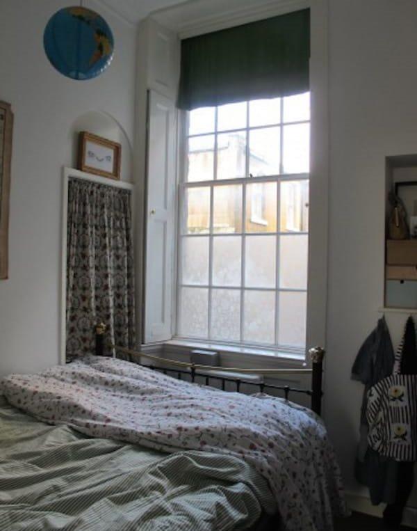 Окно в спальне с тюлем на стеклах