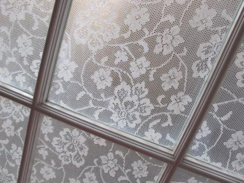 Декор оконного стекла кружевным тюлем своими руками