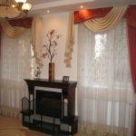 Тюль, шторы и ламбрекен для комнаты с двумя окнами и камином между ними