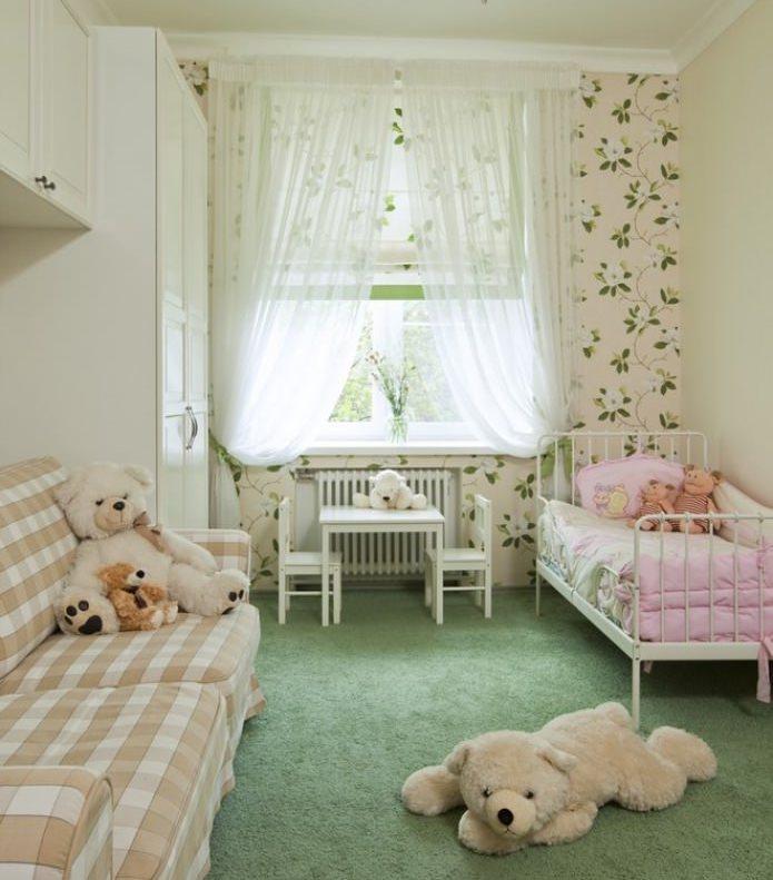 Легкая тюль на окне комнаты для девочки
