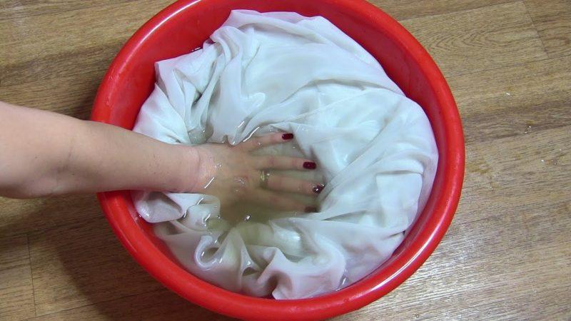 Замачивание занавески в растворе соды перед стиркой