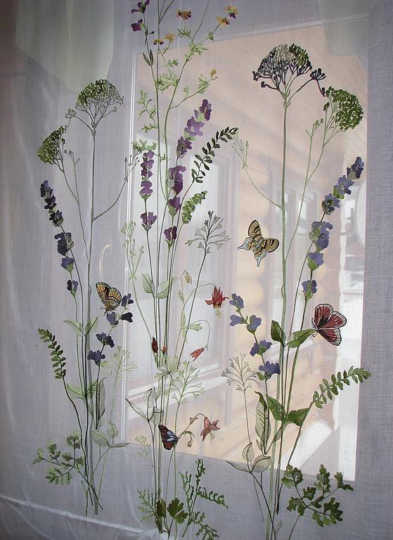 Полупрозрачный тюль с растениями на окне кухни