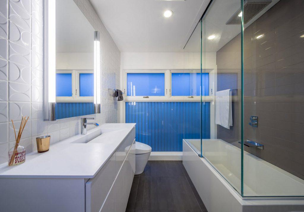Дизайн узкой ванной комнаты со шторкой