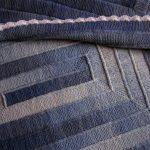 Вязанный плед в синих тонах спицами