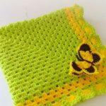 Вязанный желто-зеленый плед с бабочкой