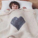 Вязанный детский плед с одним большим сердцем