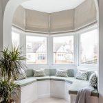 Закрепленные на карнизе римские шторы не провисают и плотно прилегают к окну