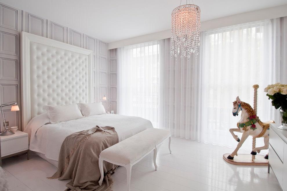 Интерьер белой спальни с льняным тюлем