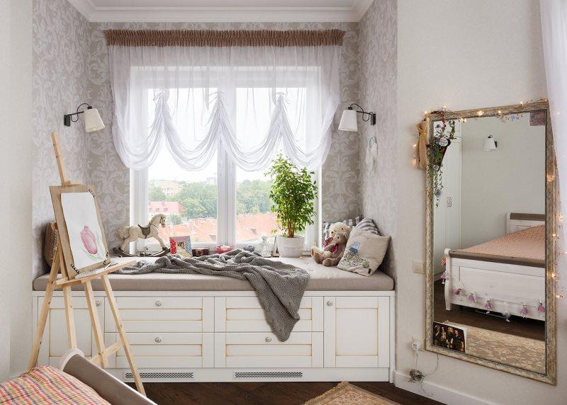 Спальное место перед окном комнаты с французскими шторами