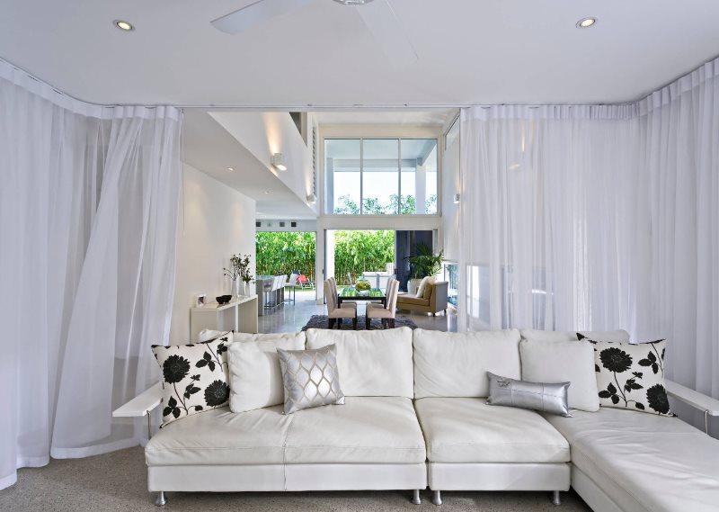 Декорирование интерьера гостиной белыми занавесками