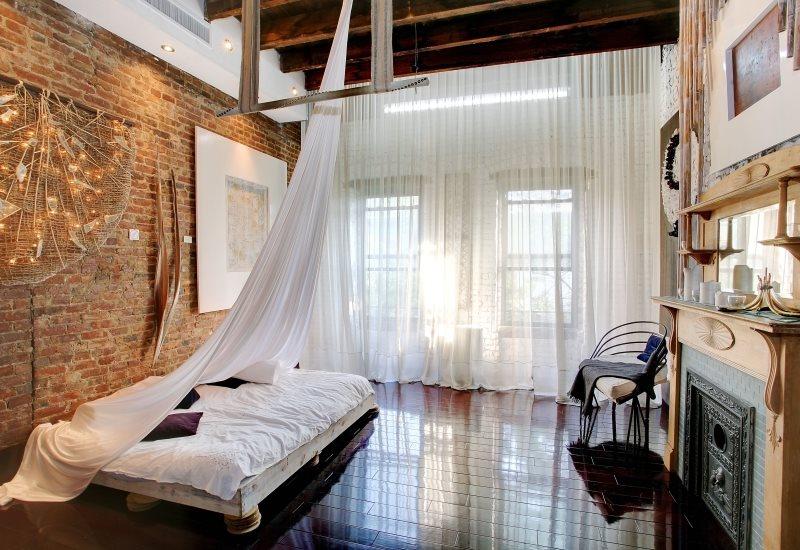 Длинные занавески из белого тюля в спальне смешанного стиля