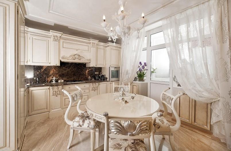 Классическая кухня с белым тюлем на окне
