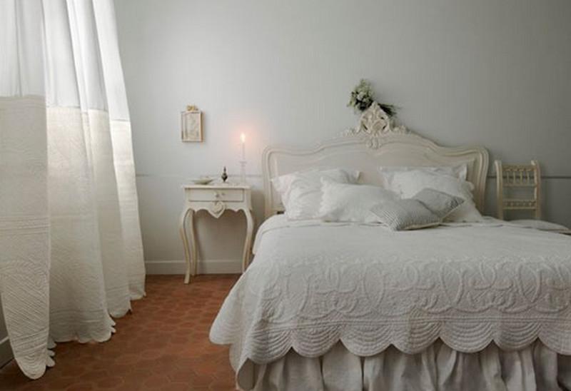 Тюль из белого льна в интерьере спальной комнаты