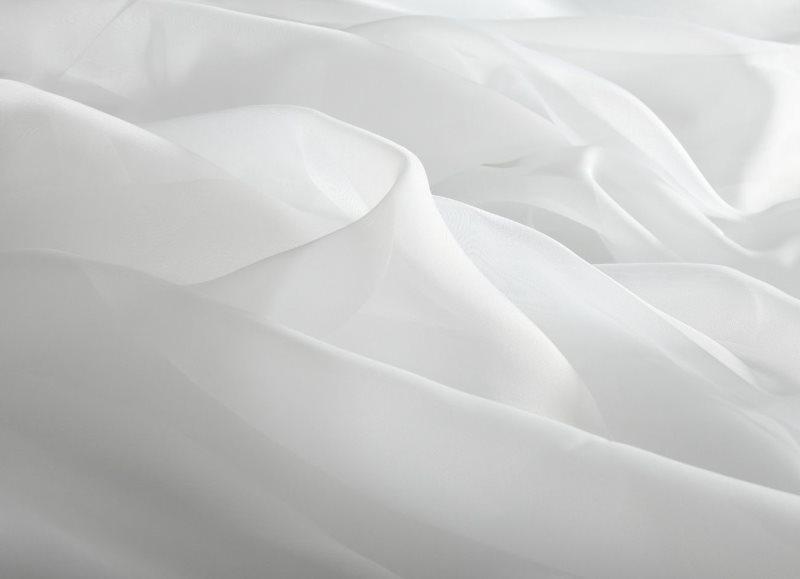 Однотонное полотно белой вуали