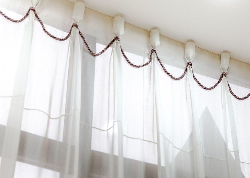 Бокаловидные складки на тюлевой шторе