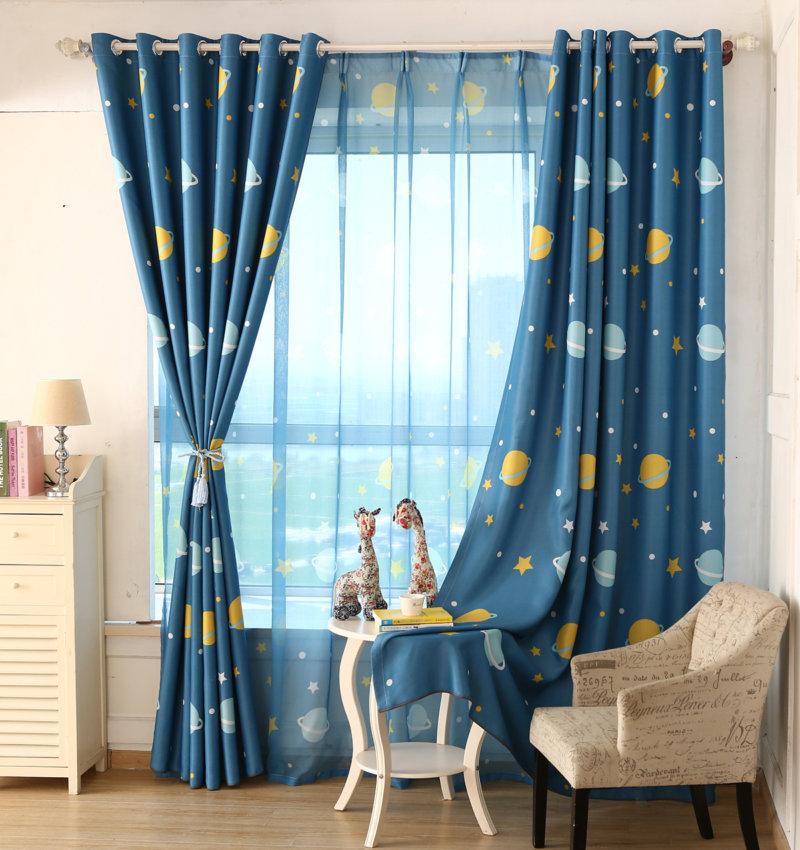 Тюль с синим оттенком в комнате маленького мальчика