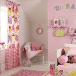 Двойные занавески в спальне девочки