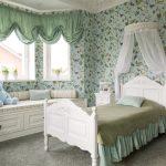 Детская кровать с балдахином в изголовье