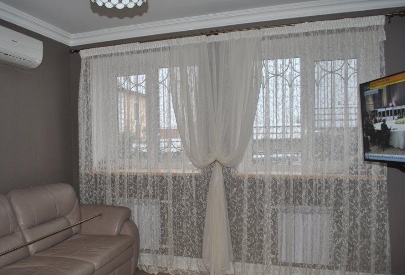Два белых тюля на одном окне гостиной