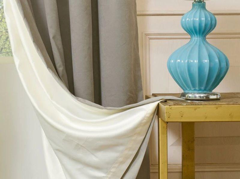 Серая штора с белым подкладом на окне в гостиной
