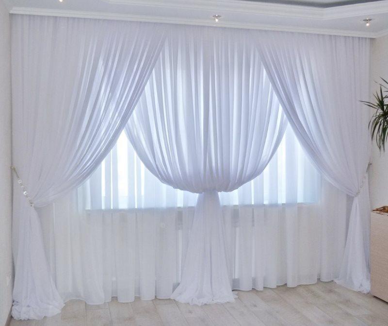 Окно гостиной с двойным тюлем из вуали
