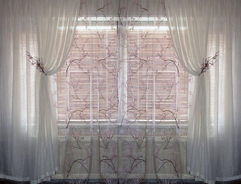 Оформление окна двойным тюлем белого цвета