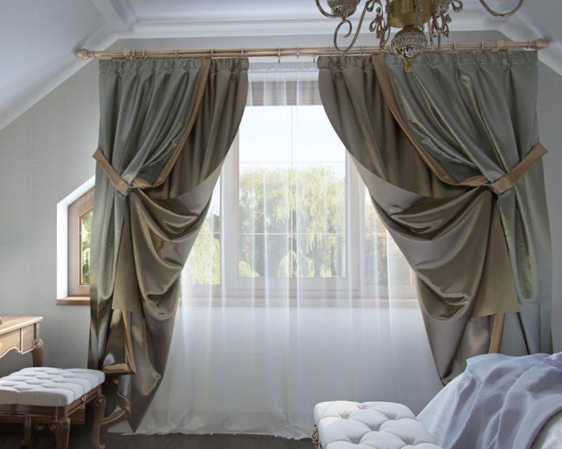 Двойные портьеры на окне в спальной комнате