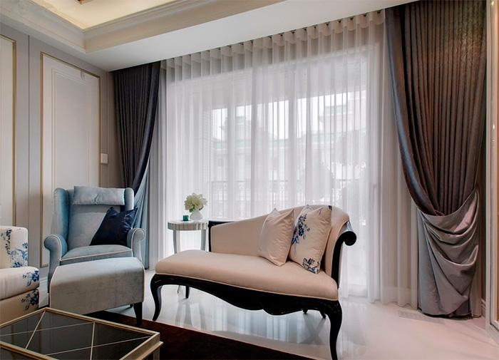 Двухсторонние шторы на большом окне гостиной