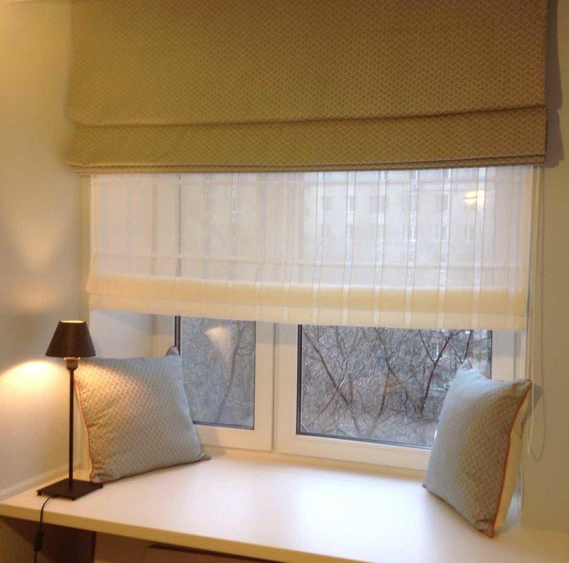 Небольшие подушки на подоконнике окна с двойной римской шторой