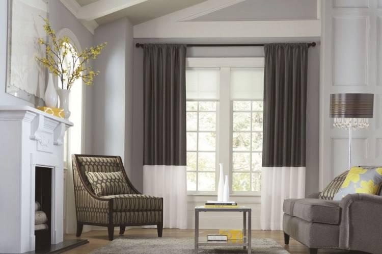 Дизайн модной гостиной с двухцветными шторами