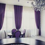 фиолетовые шторы на потолочном карнизе