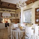 Льняная скатерть на обеденном столе