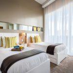Спальня для двух детей с большим окном