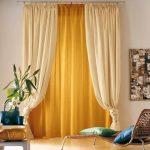 Желтые и бежевые шторы на дверном проеме