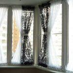 Двойные занавески на окне лоджии