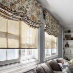 Сочетание римских и рулонных штор в гостиной