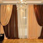 Асимметричное оформления окна шторами разного цвета