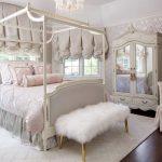 Роскошные занавески в спальне классического стиля