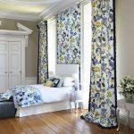 Яркие шторы в спальне английского стиля