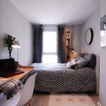 Ночные шторы в интерьере узкой спальни