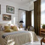 Ночные портьеры на высоких окнах спальни