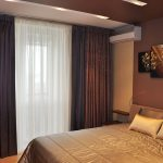 Ночные занавески на окне спальной комнаты